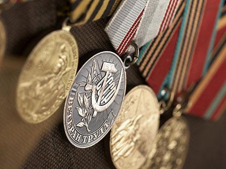 Как получить звание ветерана труда: документы, стаж, награды